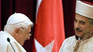 البابا بندكت السادس عشر في لقاء مع مسؤول الشؤون الدينية السابق في تركيا علي بردقغولو عام 2006 . د ب أ