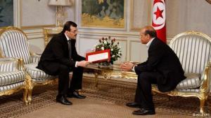 رئيس الوزراء علي العريض يقدم للرئيس التونسي منصف المرزوقي قائمة بأسماء وزراء الحكومة الائتلافية الجديدة. رويترز