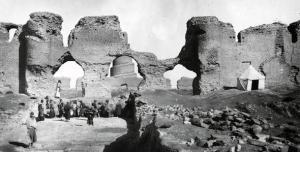 صورة من أعمال الحفر بجوار الآثار في سامراء 1911 – 1913، التقطها عالم الآثار الألماني إرنست هرتسفلد . متحف برلين للفن الإسلامي.
