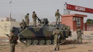 الجيش التركي على حدود تركيا مع سوريا. د أ ب د