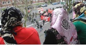 نساء مسلمات يشاهدن مظاهرة للحزب الألماني اليميني المتطرف NPD . أ ب