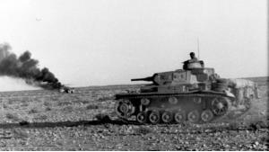دبابة قديمة للجيش الألماني في صحراء إفريقيا. الصورة تعود إلى الفترة من 1935 إلى 1945  CC BY SA