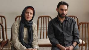 Bildunterschrift: المشاهد يلاحظ أنه يشاهد فيلماً مدهشاً وصريحاً ونقدياً من إيران، فيلم يثير الإعجاب، لا يمكن نسيانه بسهولة.