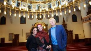 أدريانا ألتاراس وزهرة يلماز ويورغِن بيكَر في مسجد المركز الإسلامي. WDR