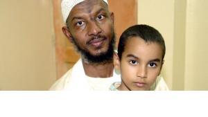 سامي الحاج وابنه، الصورة  د ب ا