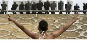 مشكلة البحرين لا تكمن فقط في مماطلة السلطة ومراهنتها على الحلول الأمنية، بل أيضا في تدخل السعودية وفي الأسلحة الغربية التي تُستخدم لقمع المتظاهرين، الصورة أب ود.ب.ا