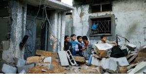 أنقاض في غزة بعد غارات جوية إسرائيلية . رويترز