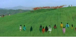 """وصم الآخرين تحت غطاء كسر التابوهات الاجتماعية: سهام أسيف في دور هالة وخليل بن شكرة في فيلم """"العيون الجافة""""."""