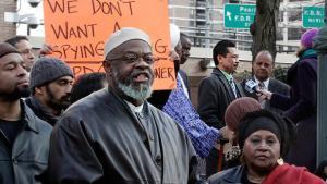 """الإمام طالب عبد الرشيد رئيس جمعية مسجد """"مجلس القيادة الإسلامية"""" في احتجاجات في نيويورك دب"""