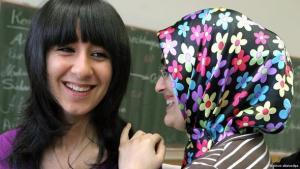 تلميذتان في ألمانيا من أصل تركي في إحدى المدارس الألمانية. د ب أ