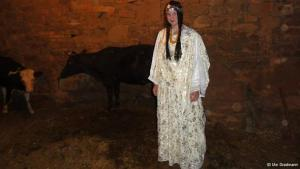 أوته ترتدي زيا تقليديا أمازيغيا، وهي تستبعد الزواج من مغربي