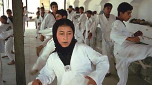 أطفال وشباب يتدربون على التيكواندو في سيرك كابول للأطفال حيث تهتم إدارة السيرك بالرياضة البدنية إلى جانب التدريبات الفنية.