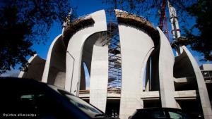 أثار بناء المسجد الكبير في مدينة كولونيا الألمانية في البداية جدلا كبيرا بين مؤيد ومعارض لرفع منارته.. غير أن هذا المسجد الذي يتوقع افتتاحه عام 2012 أصبح الآن رمزا للانفتاح والتسامح الذي يميز منطقة الراين في ألمانيا.