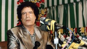 معمر القذافي في ندوة صحفية في طرابلس سنة 1990:لقد كانت صورة القذافي ساعتها في الحضيض بعد تورط ليبا في تفجير الطائرة الأمريكية فوق لوكربي في الواحد والعشرين من دجنبر/ كانون الأول 1988. لقد استطاع معمّر القذافي على مدى سبع سنين هي الفترة التي استغرقتها الأزمة أن يدير ها بصورة قادت إلى خروج ليبيا منها بسلام. حيث وظف الاقتصاد الليبي والعلاقات الدولية التي أقامها منذ وصوله إلى سدة القيادة في ليبيا لخدمة معركته السياسية.
