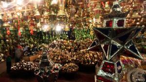 تبدأ المحلات التجارية في عرض فوانيس رمضان بأحجامها المختلفة قبل بدء شهر رمضان. وبجانب الفانوس الصغير الذي تحرص الكثير من العائلات على شرائه لأطفالها، هناك أيضا الفوانيس الضخمة التي تزين الشوارع أو تعلقها العائلات على الشرفات خلال أيام رمضان.