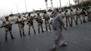وحدات من الجيش تسد أحد شوارع القاهرة. د ب أ
