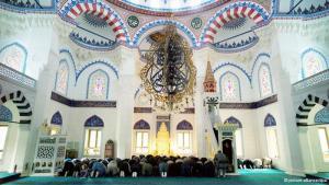 تضم ألمانيا جالية إسلامية كبيرة يتجاوز عددها أربعة ملايين شخص، ما جعل تنفيذ الشعائر الدينية الإسلامية وصيام وشهر رمضان له خصوصيته في ألمانيا، إذ أن في مدينة برلين وحدها يعيش أكثر من 400 ألف مسلم.