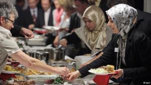 الطعام المشترك في المسجد عقب صلاة العيد تقليد دائم في المساجد في ألمانيا