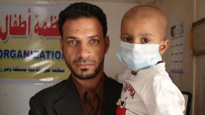 عراقي يحمل طفله المصاب بمرض ابيضاض الدم أو اللوكيميا.  Foto: DW/K. Zurutuza