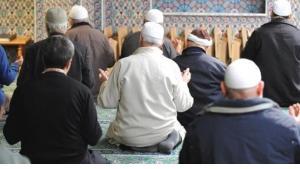 إقامة الصلاة في مسجد السلطان أيوب في مدينة هامبورغ الألمانية. dpa
