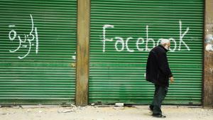 علامة فيسبوك على باب أحد المحلات Foto: Imago