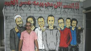"""أحمد ماهر في مكتب حركة 6 إبريل الاحتجاجية في الجيزة. في منتصف الصورة """"خالد سعيد"""" الملقب بـ """"شهيد الثورة"""". Foto: Markus Symank"""