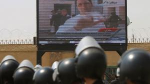 جنود من عناصر الأمن المصري أمام شاشة عرض للتلفزيون المصري.  Foto: Khaled Desouki/AFP/Getty Images