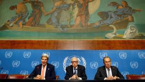 وزير الخارجية الأمريكي كيري ووزير الخارجية الروسي لافروف والمبعوث الأممي الأخضر الإبراهيمي. رويترز