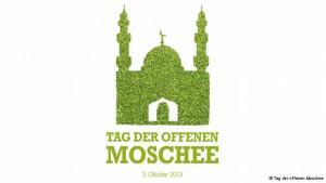 """تفتح المساجد في ألمانيا أبوابها للراغبين بزيارتها من الألمان يوم الثالث من تشرين الأول/ أكتوبر كل عام. يطلق على هذا اليوم """"يوم المساجد المفتوحة"""" والذي يصادف أيضا """"يوم توحيد شطري ألمانيا"""". وتدعو الجمعيات الألمانية الجميع لزيارتها، في برامج للتعريف بالمساجد وإجراء نقاشات مع الزوار، بالإضافة إلى عروض ثقافية حول حياة المسلمين."""