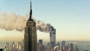 هجوم الحادي عشر من سبتمبر/ أيلول 2011 على برجَيْ مركز التجارة العالمي في نيويورك.  photo: AP