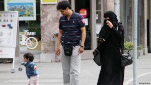عائلة مسلمة في سويسرا والأم ترتدي النقاب. photo: imago/Geisser