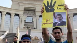 أنصار مرسي أمام المحكمة في القاهرة. Foto: Mohamed Kamel/AFP/Getty Images