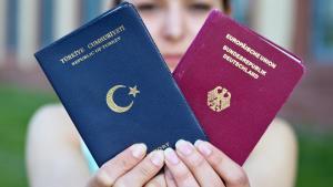 جوازا سفر: رمز لازدواجية الجنسية. Foto: picture-alliance/dpa