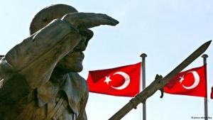 ضريح الجندي المجهول في أنقرة وفي الخلفية أعلام تركية. photo: Tarik Tinazay/dpa