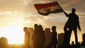 متظاهر يلوح بالعلم المصري. photo: REUTERS/Mohamed Abd El Ghany