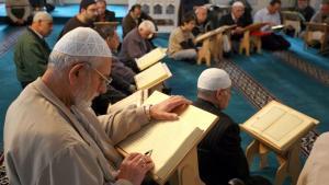 مسلمون يصلّون في أحد مساجد برلين. photo: picture-alliance/dpa