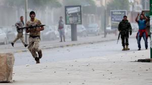 مواجهات بين متشددين من جماعة أنصار الشريعة وعناصر من وحدات الجيش الليبي في بنغازي. Foto: Reuters