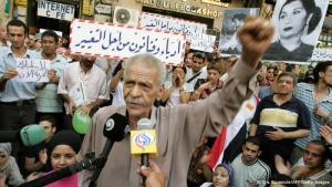 أحمد فؤاد نجم في مظاهرة للأدباء المصريين عام 2005