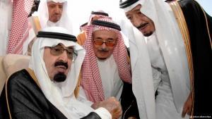 الملك السعودي عبد الله بن عبد العزيز محاطاً بأفراد من أعضاء عائلته.  Foto: dpa/picture-alliance