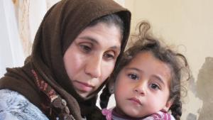 من اللاجئين السوريين في الأردن. إنعام مع ابنتها. Foto: Claudia Mende