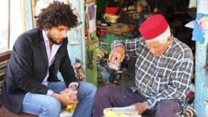 الممثل والمخرج المسرحي اللبناني الفلسطيني قاسم اسطنبولي (يسار) وكأس شاي في مدينة دوز جنوب تونس. © Mohamed Rajeb