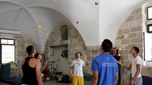 شباب يتمرنون على ألعاب بهلوانية. photo: Palestinian Circus School