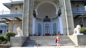 """قصر فورونزوف:  الواجهة المطلة على البحر الأسود لقصر الدوق فورونزوف في البوكا بيالطا.ملامح الشرق والاندلس ظاهرة على ملامح القصر. """"لاغالب إلا الله"""" حروف عربية في القرم الاوكراني."""
