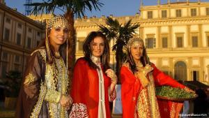 البحرينيات - بين القيود وإرادة التحرر: تعتبر البحرين من أكثر دول الخليج انفتاحا ونساء البحرين من أكثر الخليجيات حقوقا، فهن حاضرات بقوة في أجهزة الدولة والاقتصاد والسياسة. ورغم أنهن لا يزالن يواجهن العديد من العقبات، إلا أنهن تمكن من فرض أنفسهن في عدة مجالات، متحديات سلطة الدين والمجتمع والسياسة، كحقوقيات وصحفيات وبرلمانيات أو كأخريات، على غرار الأميرة مريم آل خليفة، اخترن التضحية بحياة في القصور من أجل الحب.