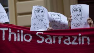 احتجاج ضد قراءة زاراتسين لكتابه في صالة نيكولا بمدينة بوتسدام الألمانية بتاريخ 09 / 09 / 2010. Foto: imago/Christian Thiel