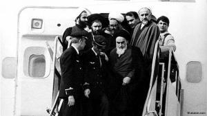 """عودة الخميني إلى طهران:  في الأول من شباط/ فبراير عام 1979 عاد آية الله روح الله الخميني إلى طهران، قادما من منفاه في باريس. وقد استقبل في المطار استقبال الأبطال. وقد كان الخميني من أشد الناقدين للشاه ولنخبته السياسية لقمعهم للمعارضين ولما كان يعتبره """"سياسة التغريب القوية فيها في إيران"""" وكذلك لأسلوب حياتهم البذخ إلى درجة مبالغ فيها."""