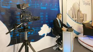 مذيع تلفزيوني يقدم برنامجا تلفزيونيا جديدا في مدينة دوسبورغ الألمانية بإشراف من الاتحاد التركي الإسلامي للشؤون الدينية (ديتيب) في ألمانيا. Foto: DW/U.Hummel