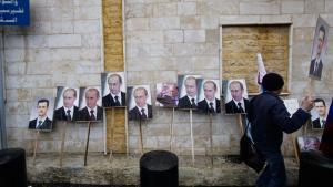 صور لـ فلاديمير بوتين وبشار الأسد أمام السفارة الروسية في دمشق خلال مسيرة مؤيدة للنظام السوري. Foto: Muzaffar Salman/AP/dapd