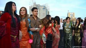 البسمة والفرح مظهران يلازمان النسوة وهن يرقصن جنبا إلى جنب الرجال فرحا بالعيد.