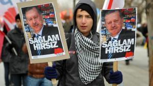 """معارضون لإردوغان يحملون لافتات مكتوب عليها """"لص قوي"""".  Foto: Reuters"""